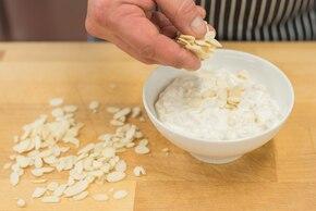 Owsianka z jogurtem naturalnym, płatkami migdałów, gruszką i mandarynką – krok 3