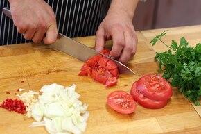 Ozorki w sosie pomidorowo-kaparowym   – krok 3