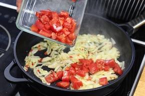 Ozorki w sosie pomidorowo-kaparowym   – krok 4