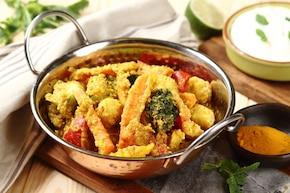 Pakora Masala indyjska przekąska warzywna z dipem jogurtowym