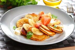 Pancakes z bananami i syropem klonowym
