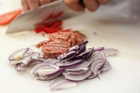 Parówki w cieście francuskim z salami i papryką  – krok 2