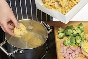 Zapiekanka makaronowa z brokułami i szynką – krok 1