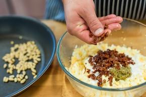 Pasta jajeczna z bazylią i orzeszkami – krok 3