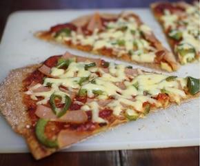 Pełnoziarnista pizza z szynką i papryką
