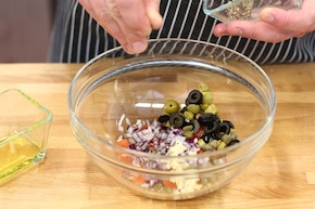 Pełnoziarniste kanapki z pomidorami, oliwkami i bazylią – krok 2