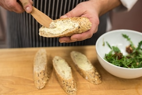 Pełnoziarniste kanapki z zielonym serkiem wiejskim – krok 4