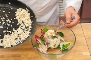 Penne carbonara z kiełbasą i włoską sałatką – krok 4