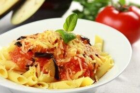 Penne z pomidorami i bakłażanem