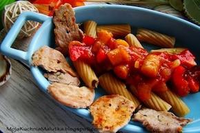 Penne z sosem pomidorowym i poledwiczką