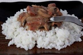 Pieczeń z mięsa mielonego z sosem pieczarkowym