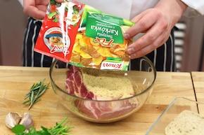 Pieczona karkówka z ziołowym chrustem  – krok 1