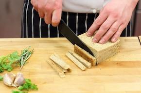 Pieczona karkówka z ziołowym chrustem  – krok 2