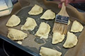 Pieczone pierogi z nadzieniem serowym – krok 5