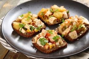 Pieczone plastry piersi drobiowej, warzywa, pieczony ananas, pieczywo