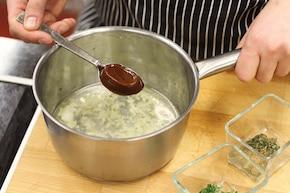 Pierogi ruskie z sosem cebulowym i ziołami – krok 5