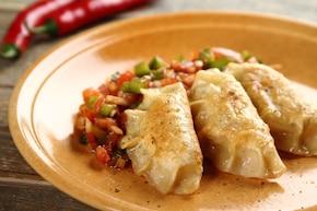 Pierożki z soczewicą, chilli i serem feta na salsie z pomidorów i papryki