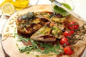 Piersi z kurczaka faszerowane suszonymi pomidorami pod pesto z rukoli