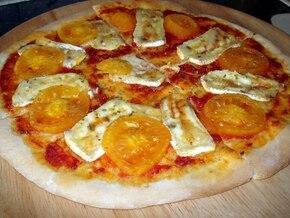 Pizza z serem brie i żółtymi pomidorami