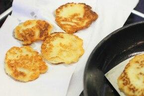 Placki z sosem tzatziki i wędzonym łososiem – krok 5