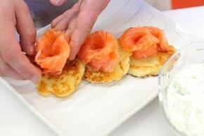 Placki z sosem tzatziki i wędzonym łososiem – krok 6
