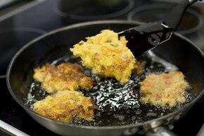 Placki ziemniaczane z  marchewką i boczkiem – krok 5