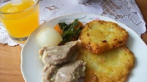Placuszki ziemniaczane z wołowinką w sosie chrzanowym