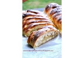 Plecionka z serem i cynamonową gruszką