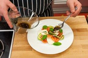 Prosta sałatka Caprese z grillowaną cukinią   – krok 6