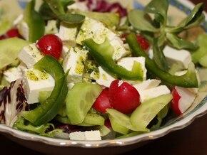 Przedwiosenna sałatka z rzodkiewkami i fetą