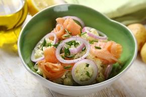 Pyszna sałatka z ziemniakami, łososiem i majonezem