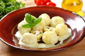 Pyzy z mięsem i fetą w sosie serowym