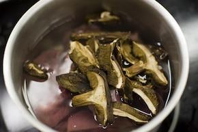 Pyzy z mięsem i grzybami  – krok 1