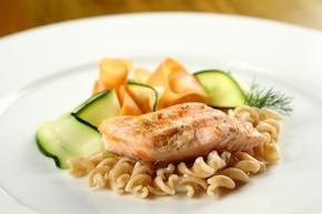 Razowy makaron w kremowym sosie z grillowanym łososiem i warzywami
