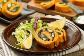 Rolada serowa z łososiem wędzonym i szpinakiem
