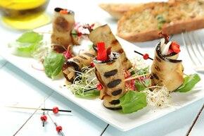 Roladki z bakłażana z czerwoną papryką i kozim serem
