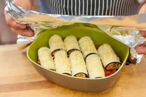 Roladki z bakłażana z łososiem zapiekane na warzywnym ragout  – krok 5