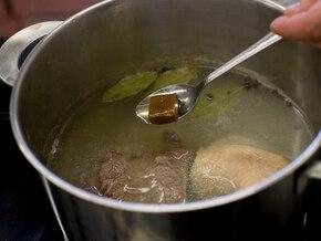 Rosół z warzywami podawany z naleśnikami z parmezanu - VIDEO – krok 1