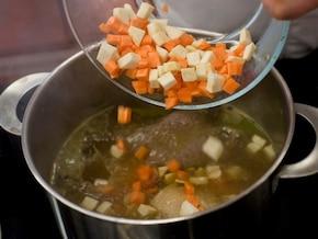 Rosół z warzywami podawany z naleśnikami z parmezanu - VIDEO – krok 2
