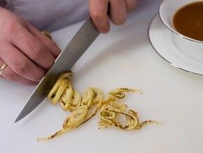 Rosół z warzywami podawany z naleśnikami z parmezanu - VIDEO – krok 6