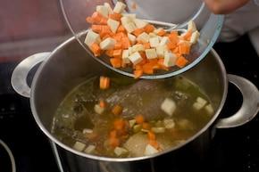 Rosół z warzywami i naleśnikami z parmezanu – krok 2