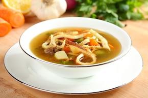 Rosół z warzywami i naleśnikami z parmezanu