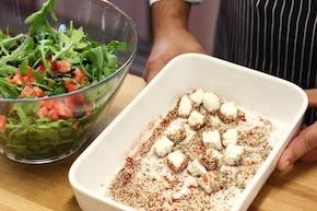 Sałatka z rukoli z ziołowo-sezamowymi kostkami – krok 3