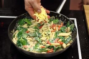Rurki w kolorowym sosie z pieczarkami – krok 5