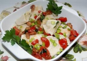 Ruskie pierogi z ziołowym sosem