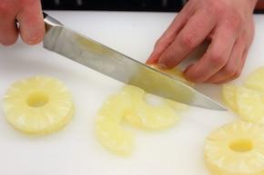 Ryba z krewetkami, ananasem i liściem bananowca – krok 1