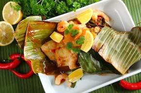 Ryba z krewetkami, ananasem i liściem bananowca