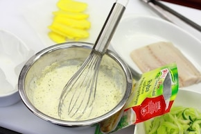Ryba zapiekanka w kremowym sosie z ziemniakami, ogórkiem i selerem naciowym – krok 1