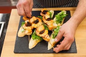 Rybne szaszłyki na chrupiącej grzance z ziołami – krok 5