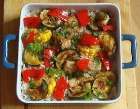 Ryż tricolore z grillowanym kurczakiem i warzywami posypany posiekaną natką pietruszki
